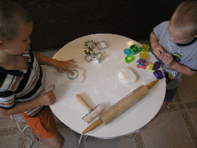 kids eating and playing with fondant image